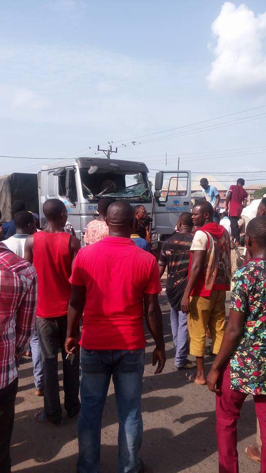Photos From The Scene Of The Dangote Truck Accident In Ihiala 5