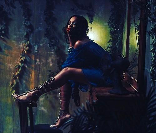 Rihanna In Alberta Ferretti Off The Shoulder Midi Dress (2)