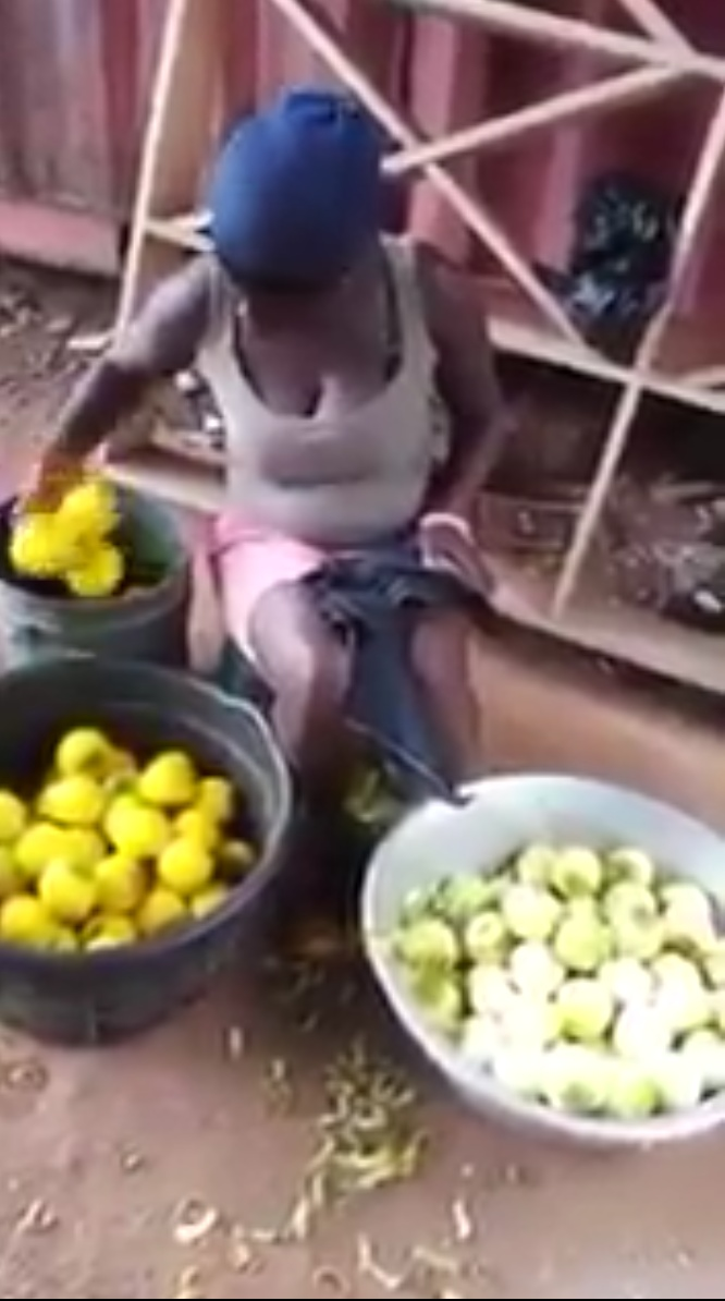 Woman Dyeing Unripe Oranges To Make It Look Ripe (2)