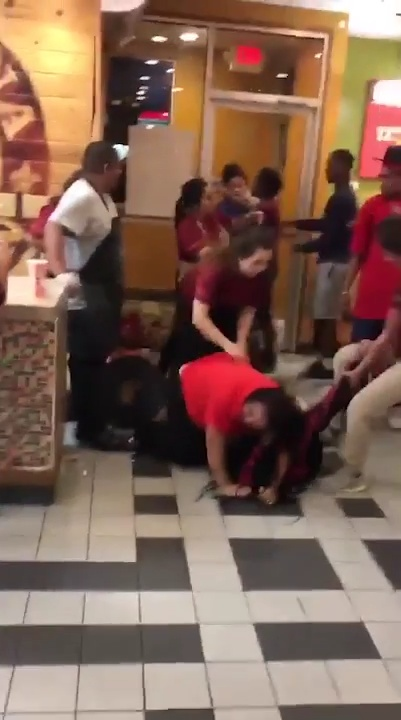 Brawl Between Employees And Customers At Popeyes In San Marcos Texas (3)