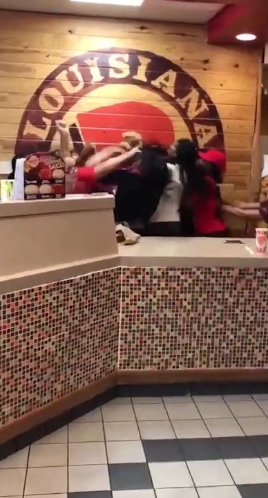 Brawl Between Employees And Customers At Popeyes In San Marcos Texas (2)