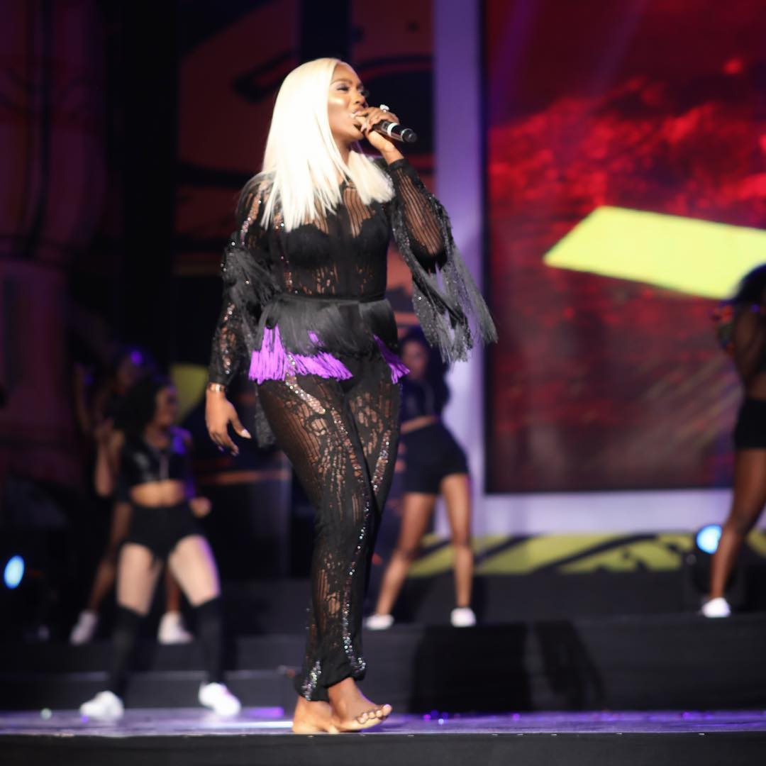 Fans Come For Tiwa Savage For Consistently Performing Barefooted (2)