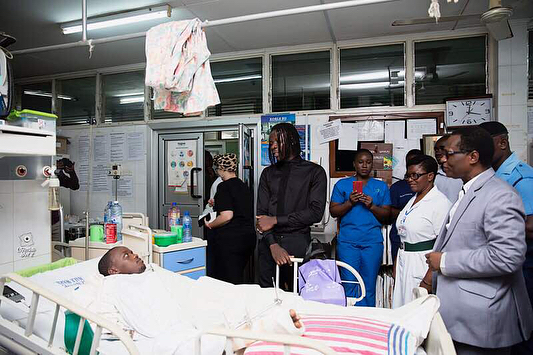 Stonebwoy Pays Off Hospital Bills For Patients At The Korle Bu Accident Care Unit (3)