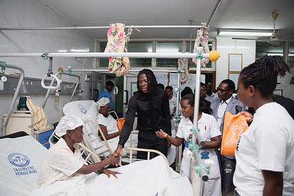 Stonebwoy Pays Off Hospital Bills For Patients At The Korle Bu Accident Care Unit (10)