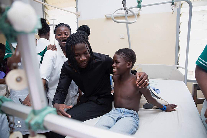 Stonebwoy Pays Off Hospital Bills For Patients At The Korle Bu Accident Care Unit (5)