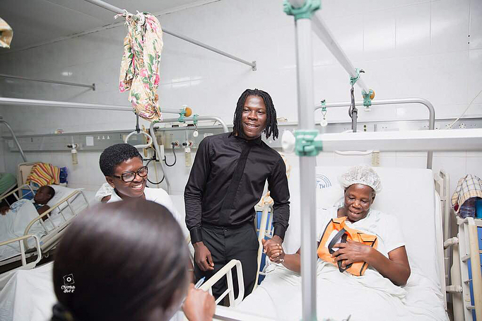 Stonebwoy Pays Off Hospital Bills For Patients At The Korle Bu Accident Care Unit (8)