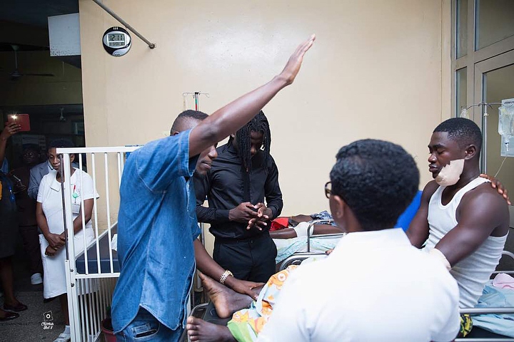 Stonebwoy Pays Off Hospital Bills For Patients At The Korle Bu Accident Care Unit (9)