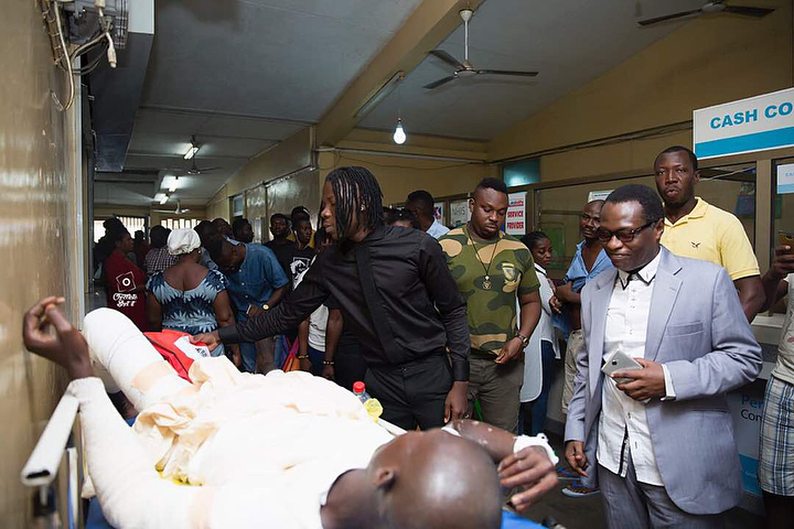 Stonebwoy Pays Off Hospital Bills For Patients At The Korle Bu Accident Care Unit (11)