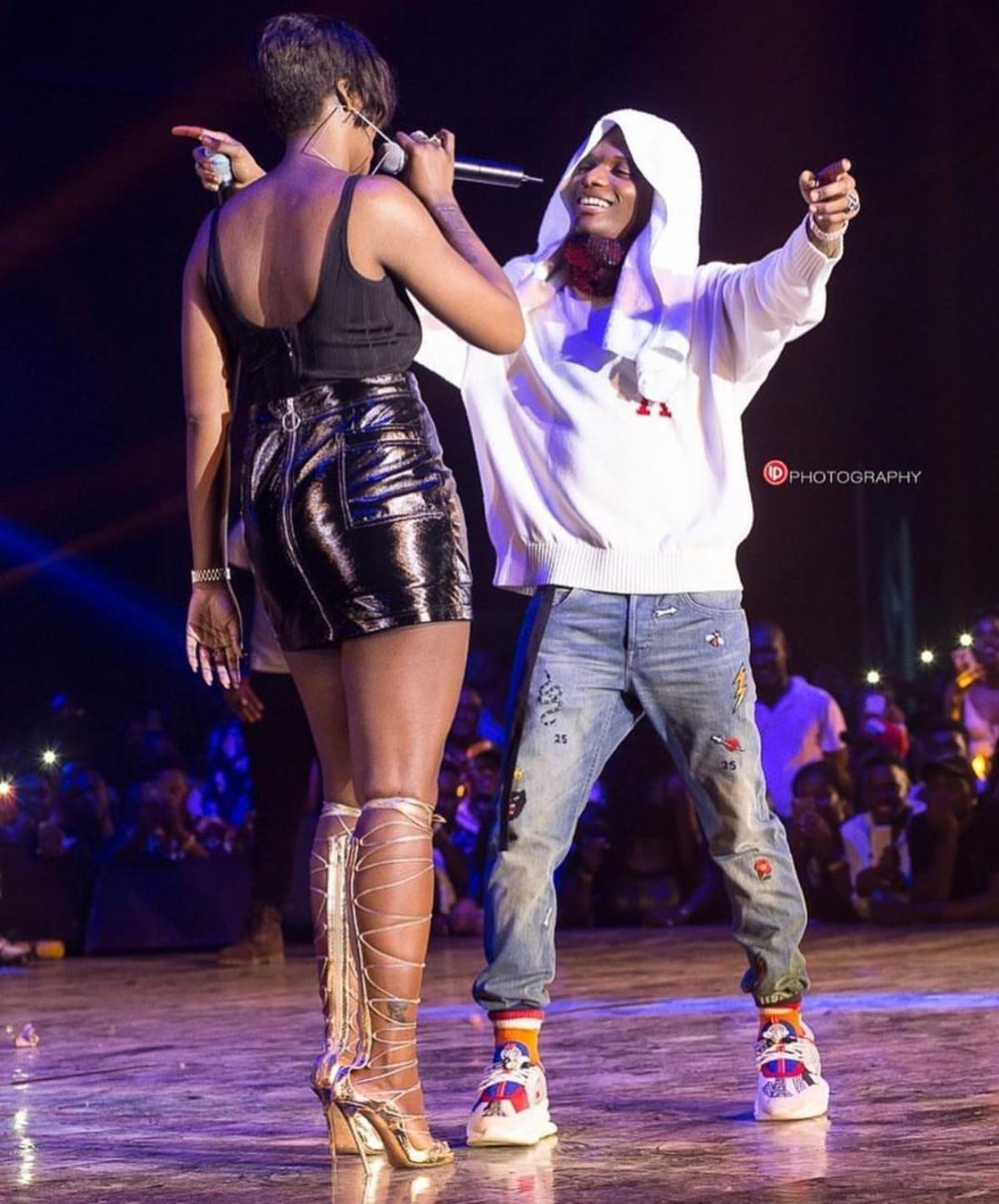 Tiwa Savage And Wizkid Hug On Stage Ghana Meets Naija 2018 (2)